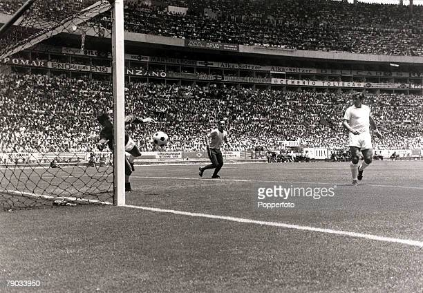 Sport, Football, 1970 World Cup Finals, Guadalajara, Mexico, 7th June 1970, Group 3, Brazil 1 v England 0, England goalkeeper Gordon Banks dives to...