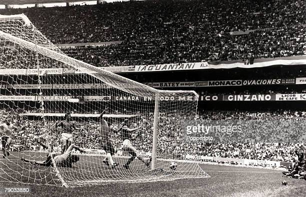 Sport Football 1970 World Cup Finals Mexico City World Cup Final 21st June 1970 Brazil 4 v Italy 1 Brazil's Jairzinho beats the Italian defence to...