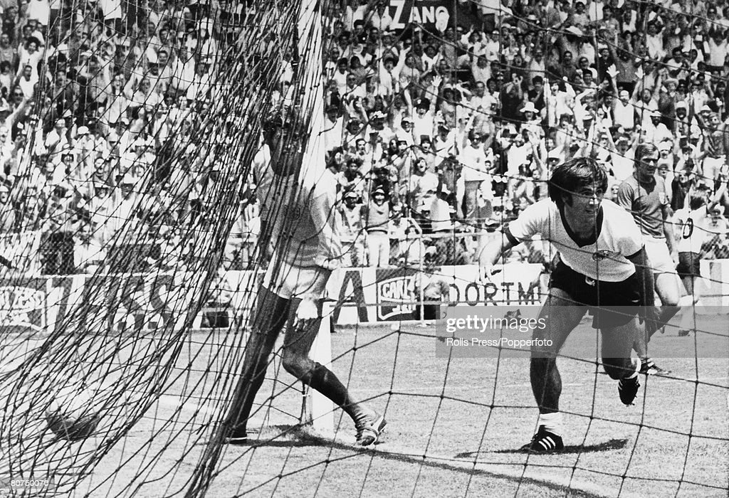 Sport, Football, 1970 World Cup Quarter Final, Leon, Mexico, 14th June, 1970, West Germany 3 v England 2 (after extra time), West Germany's Gerd Muller has scored the winning goal in extra time as England goalkeeper Peter Bonetti can only watch