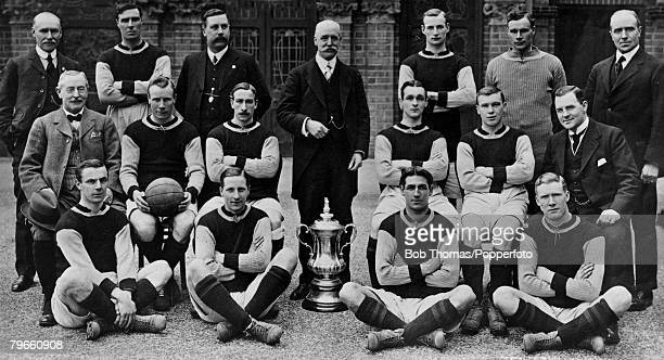 Sport Football Aston Villa FC English FACup winners 1913 Back row LR JGrierson ATLyons PWBate FWRinder TWeston SHardy HSpencer Middle row LR GBRamsay...