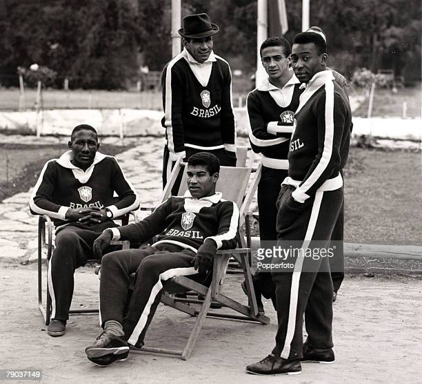 Sport, Football, Brazil players at the training camp for the 1962 World Cup Finals in Chile, standing, L-R: Nilton Santos, Altair and Pele, seated,...