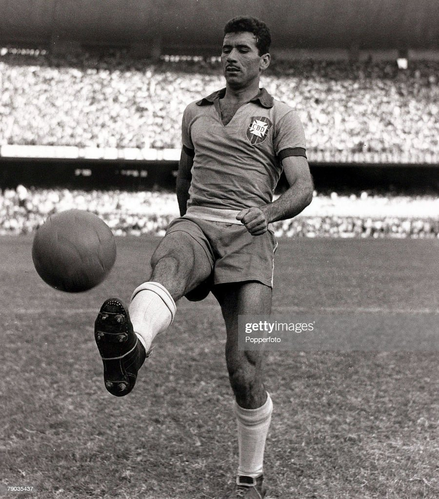 Sport. Football. circa 1959. Brazilian international Nilton Santos before a game in the Maracana Stadium, Rio de Janeiro. He had a long international career for Brazil playing in the 1954, 1958 and 1962 World Cups and a member of the 1958 and 1962 Brazil  : Fotografía de noticias