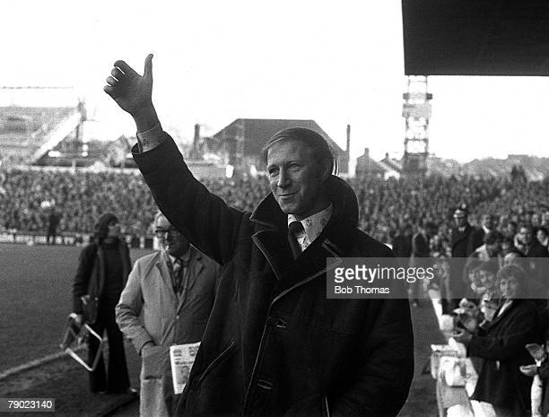 Sport Football England 16th November 1974 Leeds United 2 v Middlesborough 2 Former Leeds player Jack Charlton waves to the crowd on his return to...