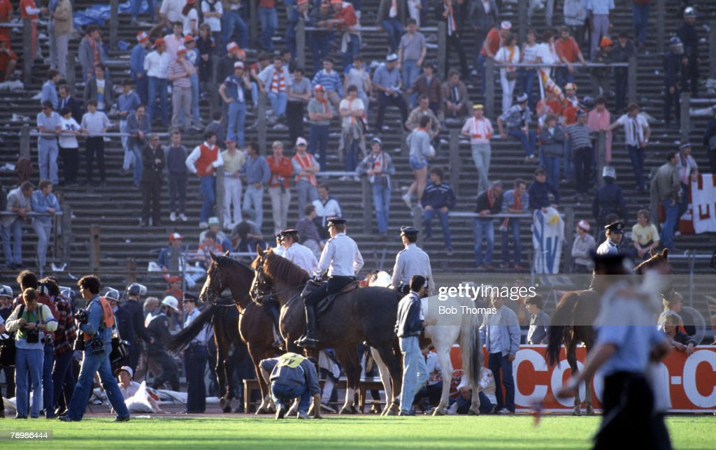 Sport. Football. European Cup Final. Brussels. 29th May 1985. Liverpool 0 v Juventus 1. Mounted police patrol the pitch side. : Nachrichtenfoto