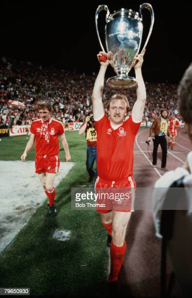 Sport, Football, European Cup Final, Munich, 30th May 1979, Nottingham Forest 1 v Malmo 0, Nottingham Forest's Kenny Burns holds the trophy aloft...