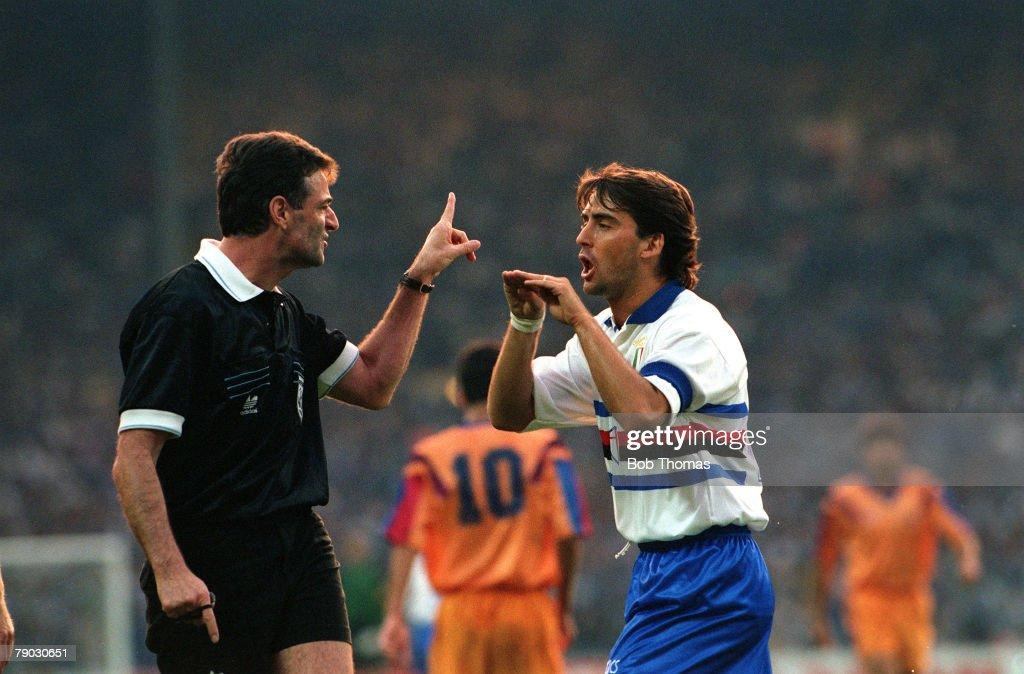 Sport. Football. European Cup Final. Wembley, London, England. 20th May 1992. Barcelona 1 v Sampdoria 0. Sampdoria's Roberto Mancini argues a point with referee Schmidhuber. : News Photo