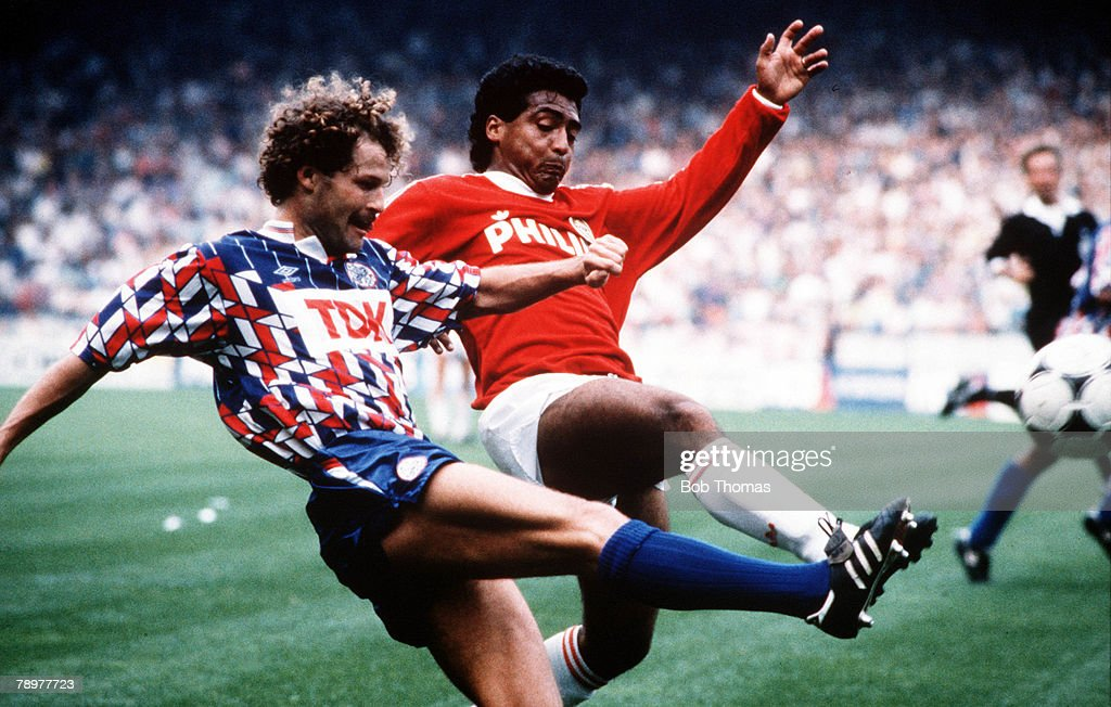 Sport, Football, European Football, circa, 1992,Dutch League, Ajax Amsterdam's Danny Blind contests the ball with PSV Eindhoven's Romario
