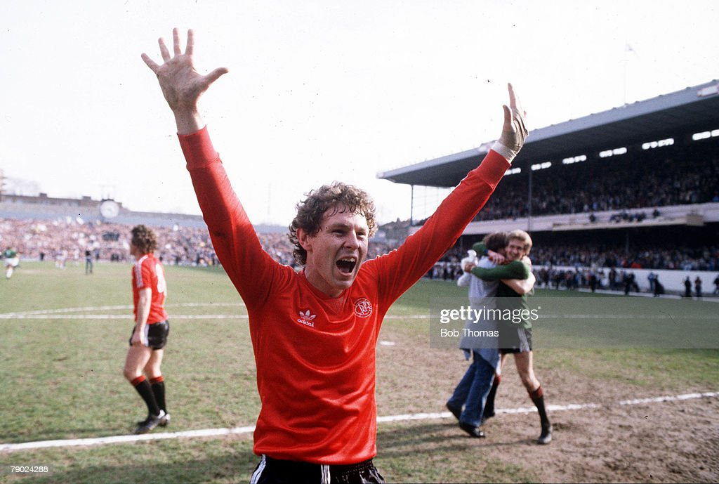Sport. Football. FA Cup Semi-Final. Highbury, London, England. 3rd April 1982. Queens Park Rangers 1 v West Bromwich Albion 0. QPR's goalscorer Clive Allen celebrates at the end of the match. : ニュース写真