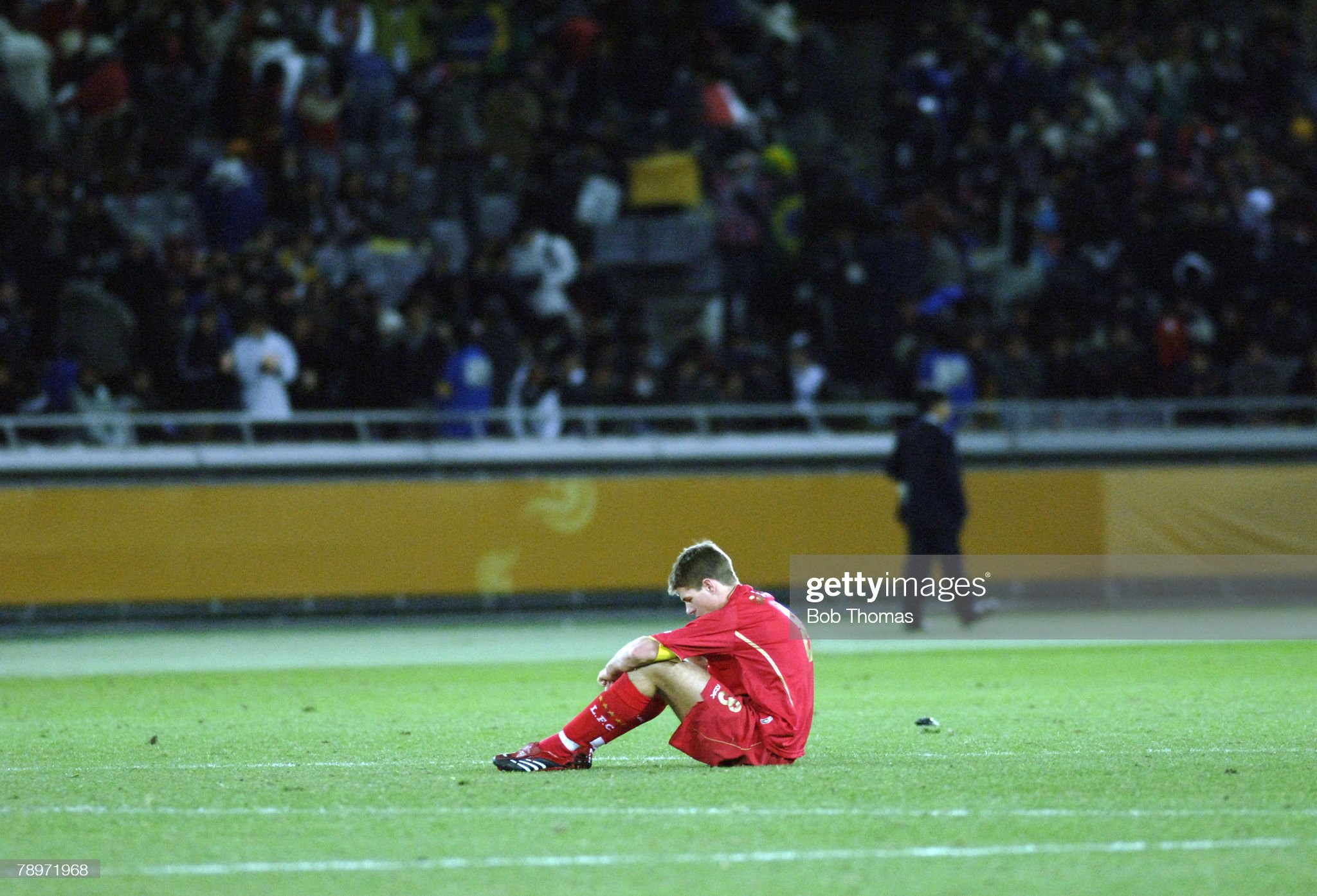 Sport. Football. FIFA Club World Championship Toyota Cup 2005. Yokohama, Japan. 18th December 2005. Final. Sao Paulo 1 v Liverpool 0. Liverpool captain Steven Gerrard sits on the pitch dejected after his teams defeat. : News Photo
