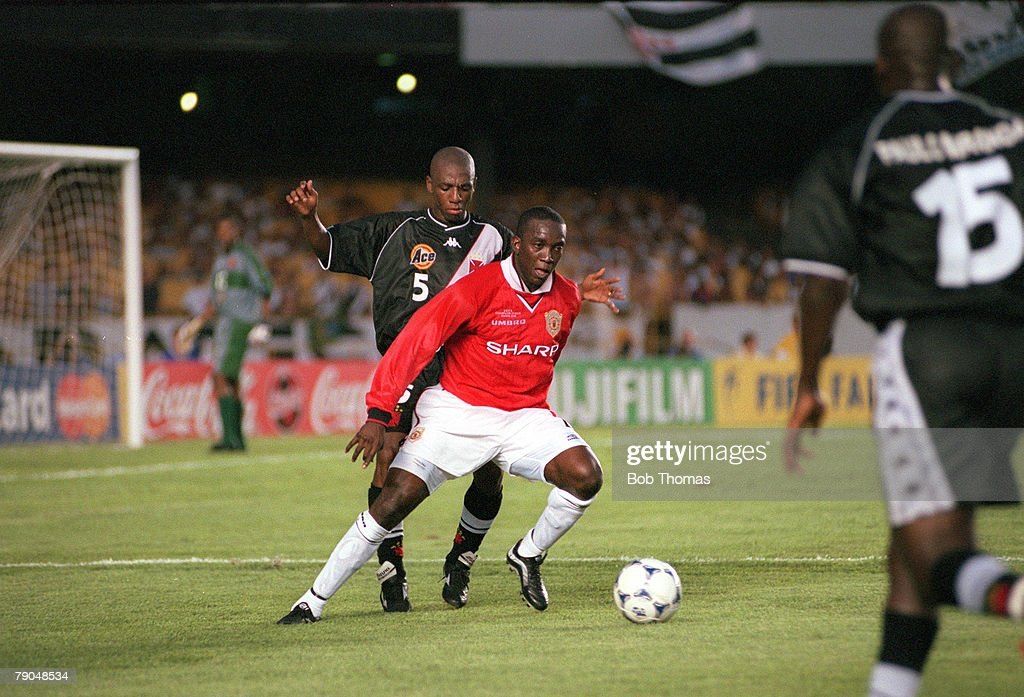 Sport. Football. FIFA Club World Championships. Rio de Janeiro, Brazil. 8th January 2000. Vasco Da Gama 3 v Manchester United 1. Manchester United's Dwight Yorke under pressure from Vasco Da Gama's Amaral. : Photo d'actualité