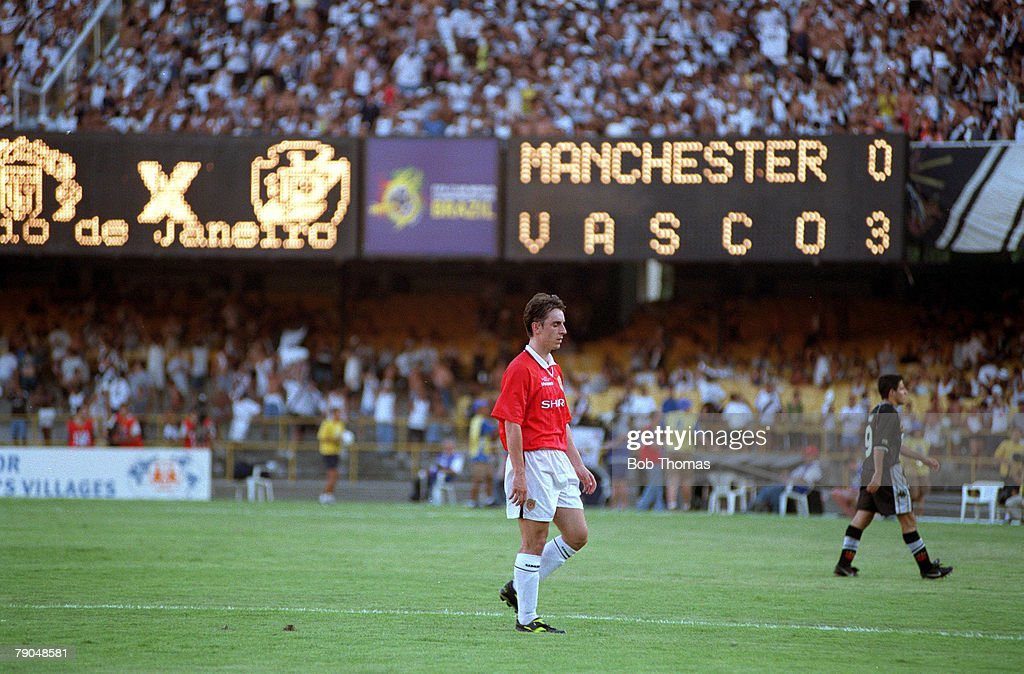 Sport. Football. FIFA Club World Championships. Rio de Janeiro, Brazil. 8th January 2000. Vasco Da Gama 3 v Manchester United 1. Manchester United's Gary Neville walks off dejectedly at half time after his two defensive errors cost his side two goals. : News Photo