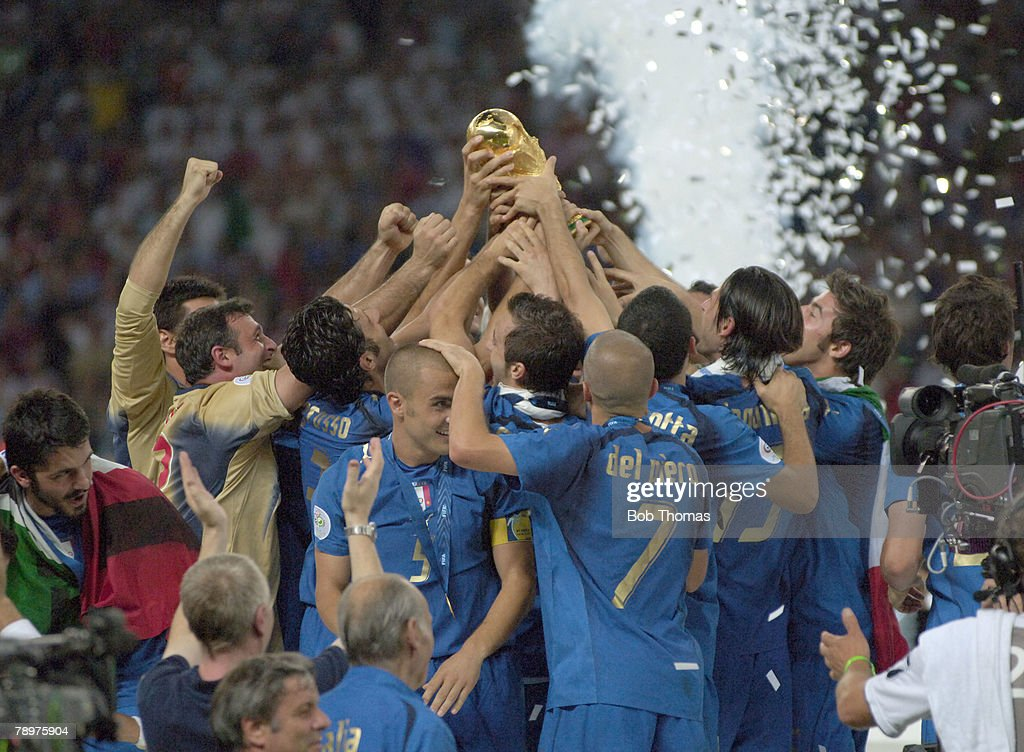 BT Sport. Football. FIFA World Cup Final. Berlin. 9th July 2006. Italy 1 v France 1. (after extra time). Italy won 5-3 on Penalties. Italy celebrations as all hands lift the World Cup trophy. : ニュース写真