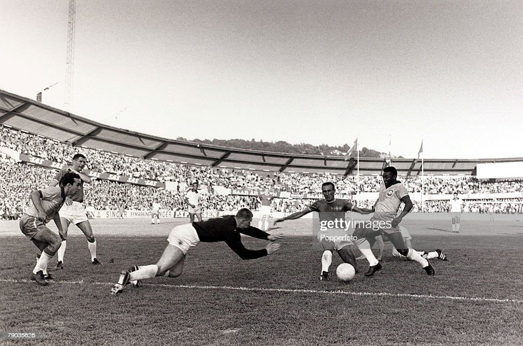 Sport. Football. Friendly International. Gothenburg. 30th June 1966. Sweden 2 v Brazil 3. Brazil's Pele (right) causes problems for the Swedish defence, with Tostao (left) watching the action. Pele was perhaps the most famous footballer of all time and fe : ニュース写真