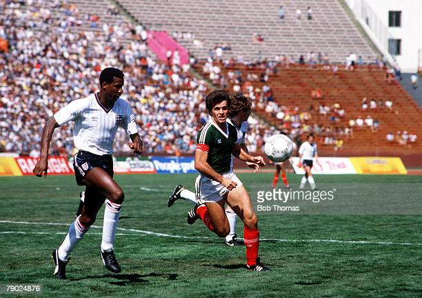 Sport Football Friendly International Los Angeles USA 17th May 1986 England 3 v Mexico 0 England's Viv Anderson in a race for the ball with Mexico's...
