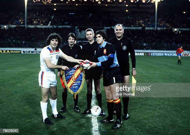 Sport Football Friendly International Wembley London 25th March 1981 England 1 v Spain 2 England captain Kevin Keegan exchanges pennants with Spanish...