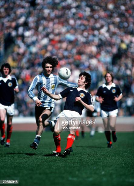 Sport Football International Friendly Hampden Park 2nd June 1979 Scotland 1 v Argentina 3 Scotland's George Burley is chased by Argentina's Alberto...