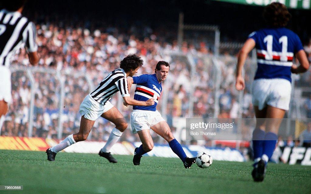 Sport, Football, Italian League, Serie A, 12th September 1982, Sampdoria 1 v Juventus 0, Sampdoria's Liam Brady plays the ball past Michel Platini of Juventus : ニュース写真