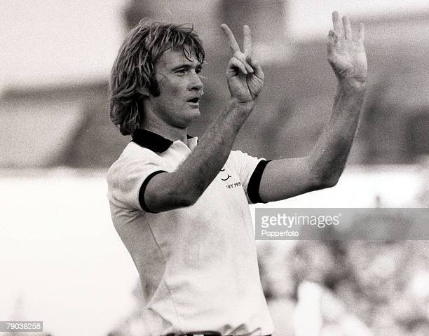 Sport Football Kenilworth Road England League Division Two 18th September 1976 Luton Town 0 v Fulham 2 Fulham's Rodney Marsh gestures to the opposing...