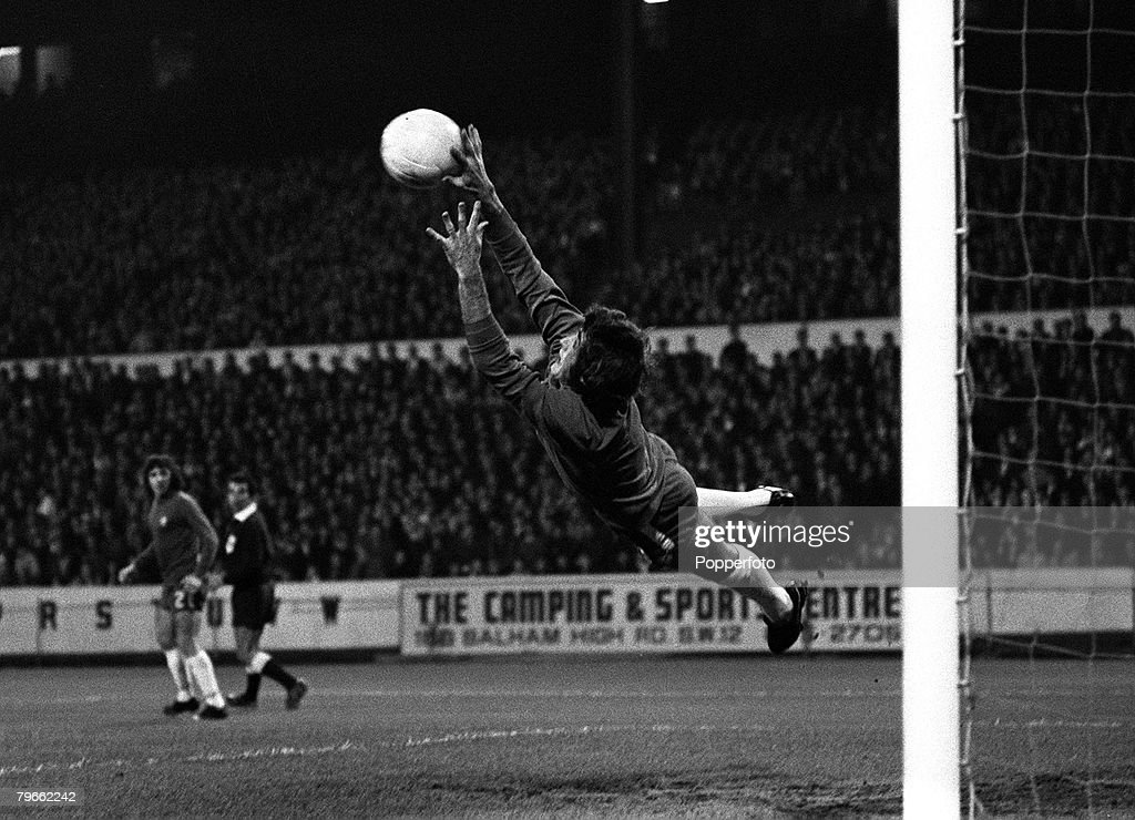 Sport, Football, London, England, 4th November 1970, European Cup-Winners Cup, Second Round, Second Leg, Chelsea 1 v CSKA Sofia 0 (Chelsea win 2-0 on aggregate), Chelsea goalkeeper Peter Bonetti leaps acrobatically to save a shot during the match : ニュース写真