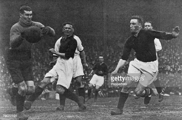 Sport Football London England League Division One Arsenal v Liverpool Liverpool goalkeeper Elisha Scott saves from Arsenal's David Jack and Jack...