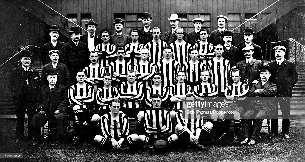 Sport, Football, Newcastle United FC Team Group, 1906, (1st row, seated on floor L-R) J Carr; J Lawrence and A McCombie, (Second row back, on bench, L-R) J Bell-Vice Chairman; C Veitch; A Higgins; W Appleyard; R Orr; J Soye; HTW Hardinge; J McClarence and : Foto jornalística