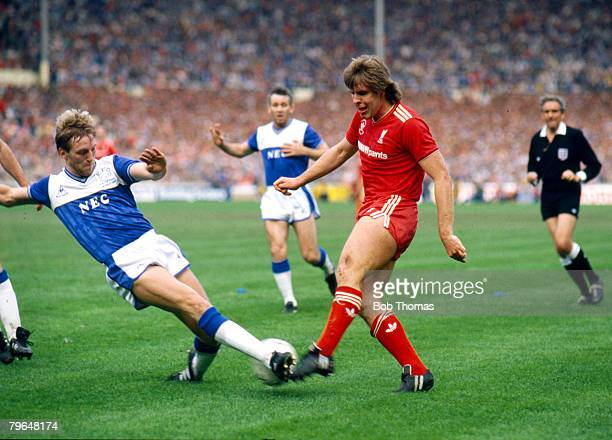 10th May 1986 FA Cup Final at Wembley Everton 1 v Liverpool 3 Liverpool's Jan Molby right plays the ball past Everton's Gary Stevens in the move that...
