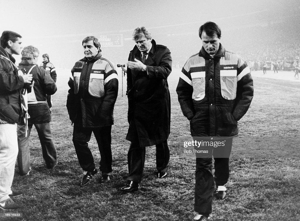 BT Sport. Football. pic: 11th November 1987. European Championship Qualifier. Belgrade. Yugoslavia 1 v England 4. Yugoslavia Manager Ivica Osim, centre, leaves the field at half-time with the score already 0-4. : Nachrichtenfoto