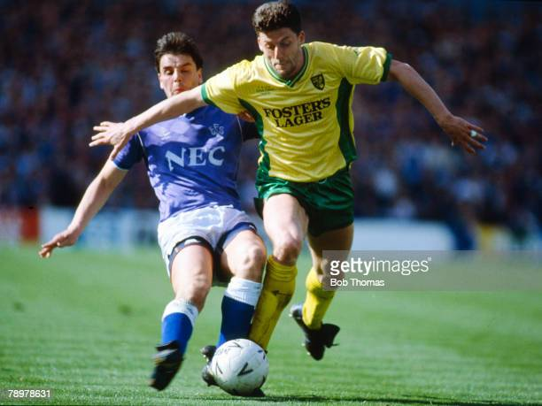 15th April 1989, FA, Cup Semi-Final at Villa Park, Everton 1 v Norwich City 0, Norwich City midfielder Andy Townsend, right, in a battle for the ball...