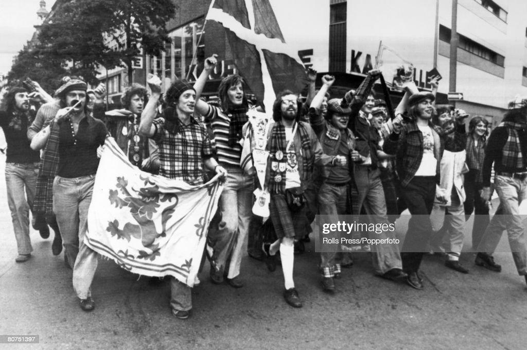 "Sport Football. pic: 18th June 1974. 1974 World Cup Finals in Germany. Frankfurt. Group Match. Brazil 0 v Scotland 0. Scotland fans of the ""Tartan Army"" in high spirits before the match. : Foto jornalística"