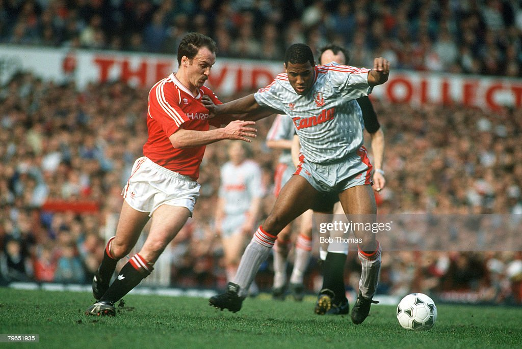 Sport, Football, pic: 18th March 1990, Division 1, Manchester United 1 v Liverpool 2, Liverpool's John Barnes (right) under pressure from Manchester United's Michael Phelan : News Photo
