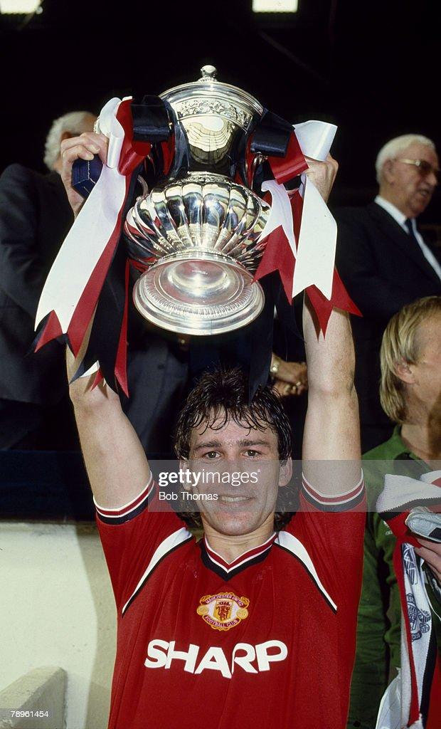Sport. Football. pic: 18th May 1985. 1985 FA.Cup Final at Wembley. Manchester United 1 Everton 0. Manchester United's Bryan Robson holds aloft the FA. Cup. Bryan Robson also won 90 England international caps between 1981-1992. : News Photo