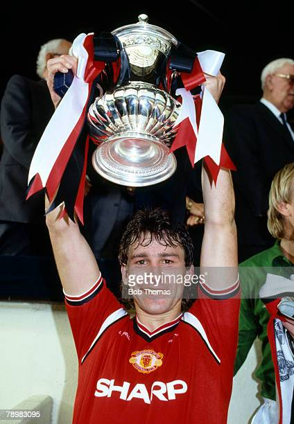 18th May 1985 FA Cup Final at Wembley Everton 0 v Manchester United 1 aet Manchester United captain Bryan Robson holds aloft the FA Cup