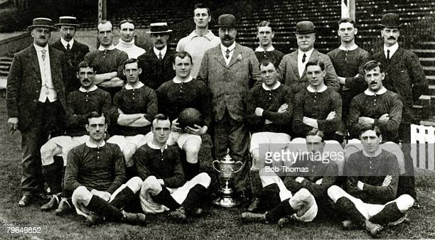 19081909 Manchester United FC 19081909 winners of the English FACup 1909 Back row lr JEMangall FBacon JPicken HEdmunds GHMurray HMoger THomer...