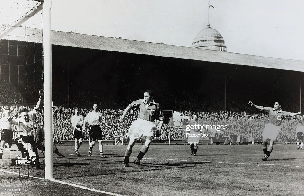 Sport, Football, pic: 1953, 1953 F,A,Cup Final at Wembley, Blackpool 4, v Bolton Wanderers 3, Blackpool's outside left Bill Perry (far right) scores the winning goal as team-mate Stan Mortensen (centre) watches : Nachrichtenfoto