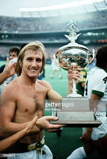 1978 Steve Hunt New York Cosmos midfielder celebrates with the NASL Trophy as they win the NASL Soccer Bowl Steve Hunt played most of his career at...