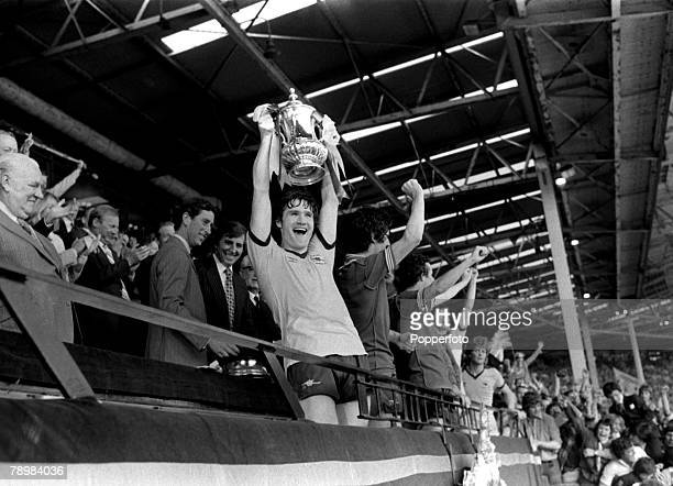 1979 1979 FA Cup Final at Wembley Arsenal 3 v Manchester United 2 Arsenal captain Pat Rice raises the FA Cup after beating Manchester United