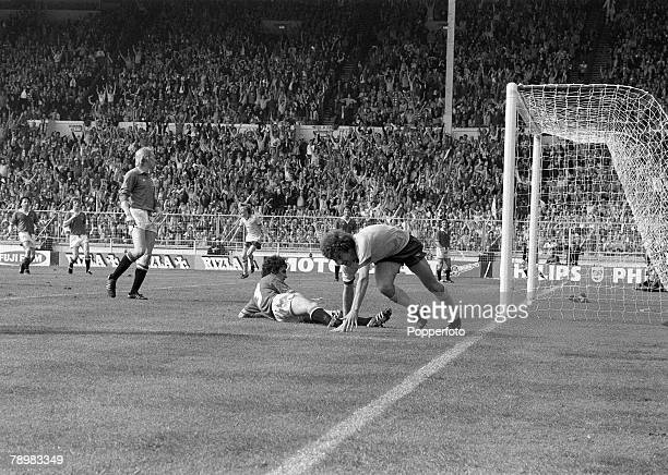 1979 1979 FA Cup Final at Wembley Arsenal 3v Manchester United 2 Arsenal's Alan Sunderland turns away to celebrate after scoring the match winning...