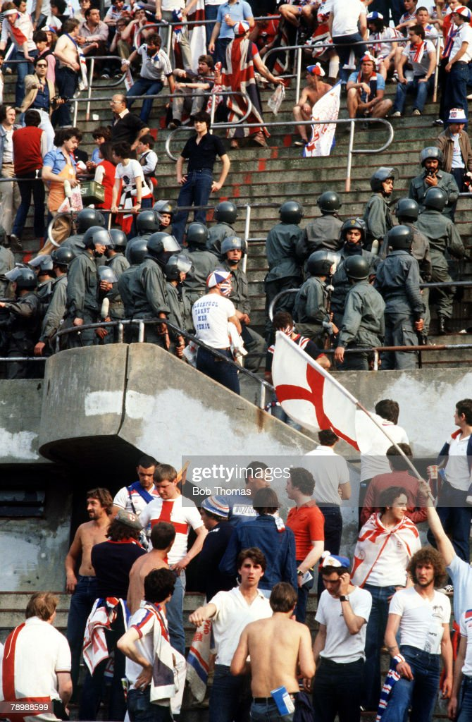 Sport. Football. pic: 1980. European Championship in Turin. England 1. v Belgium 1. Italian riot police watch over the English fans. : Nieuwsfoto's