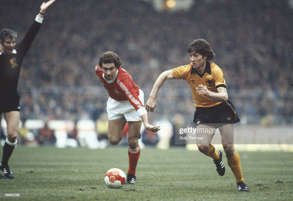 Sport. Football. pic: 1980. League Cup Final at Wembley. Wolverhampton Wanderers 1 v Nottingham Forest 0. Wolverhampton Wanderers striker John Richards is chased by Nottingham Forest's Martin O'Neill. : ニュース写真