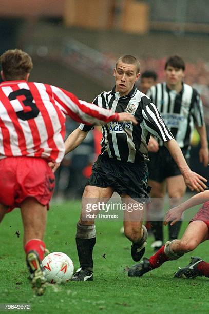 Division 1, Newcastle United v Sunderland, Newcastle United's Lee Clark takes on the Sunderland defence