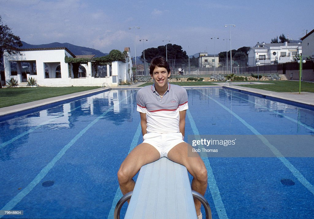 BT Sport, Football, pic: 19th March 1987, Barcelona's Gary Lineker poses by the swimming pool at his home in Barcelona, Gary Lineker, one of England's best ever strikers, won 80 England international caps between 1984-1992 : News Photo