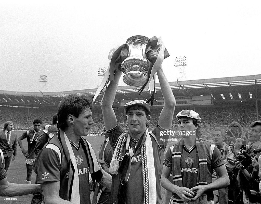 Sport. Football. pic: 19th May 1985. F.A.Cup Final at Wembley. Manchester United.1. v Everton.0. Manchester United matchwinner Norman Whiteside parades the F.A.Cup after he had scored the winning goal in the game. On the lap of honour with him are Frank S : Nachrichtenfoto