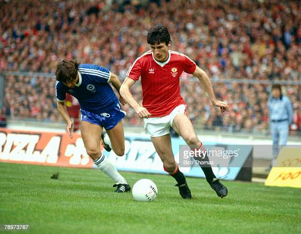 21st May 1983 FA Cup Final at Wembley Brighton and Hove Albion 2 v Manchester United 2 aet Manchester United striker Frank Stapleton moves away from...