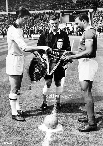 22nd May 1963 European Cup Final at Wembley AC Milan 2 v Benfica 1 AC Milan captain Cesare Maldini left exchanges pennants with Benfica captain Mario...