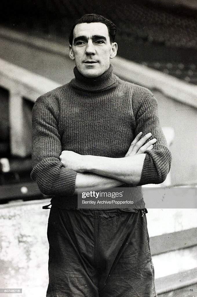 Sport Football. pic: 25th January 1946. Manchester City and England goalkeeper Frank Swift. Frank Swift won 19 England international caps and played his club football with Manchester City 1932-1949, was one of England's greatest ever goalkeepers, but was : News Photo