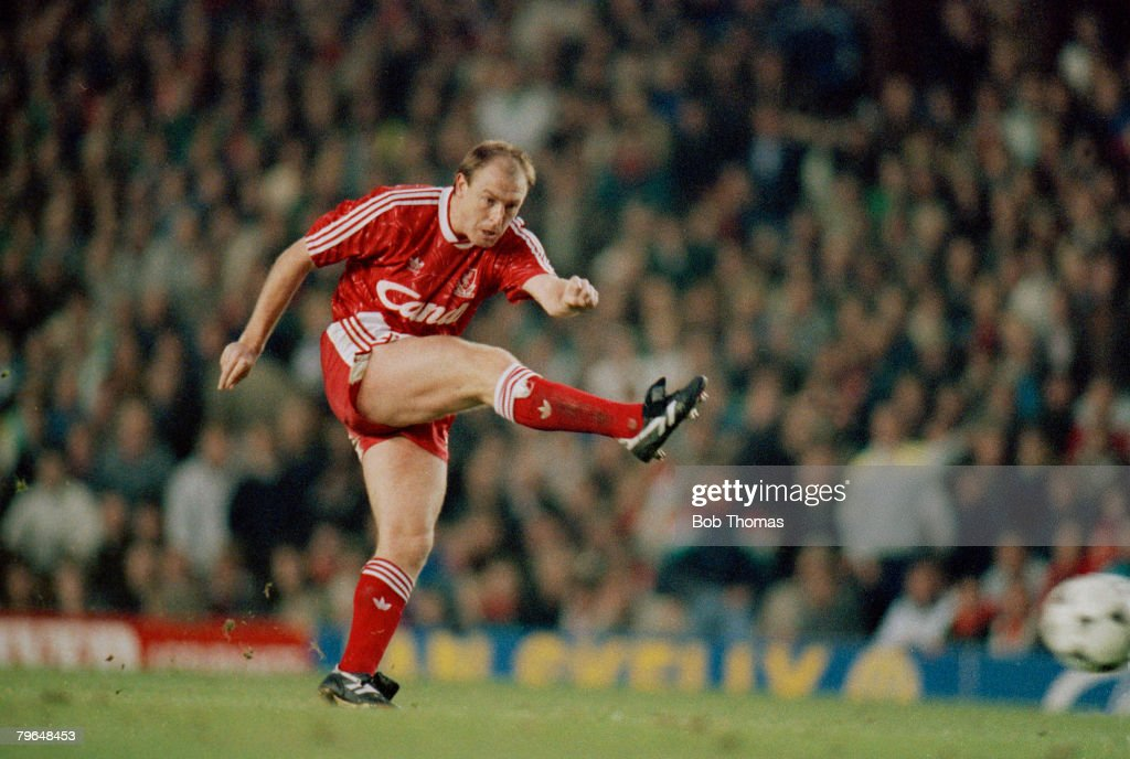 BT Sport, Football, pic: 26th November 1989, Division 1, Liverp[ool 2 v Arsenal 1, Steve McMahon, Liverpool, who played for the club 1985-1991 and won 17 England international caps between 1988-1991 : News Photo