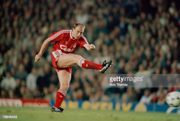26th November 1989 Division 1 Liverp[ool 2 v Arsenal 1 Steve McMahon Liverpool who played for the club 19851991 and won 17 England international caps...