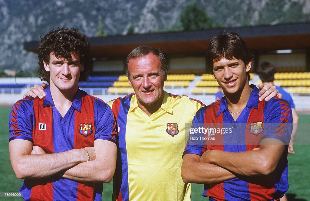 Sport. Football. pic: 27th July 1986. Barcelona Training in Andorra. Barcelona Assistant Manager Allan Harris, flanked by the two new British signings Mark Hughes, left, and Gary Lineker. : ニュース写真