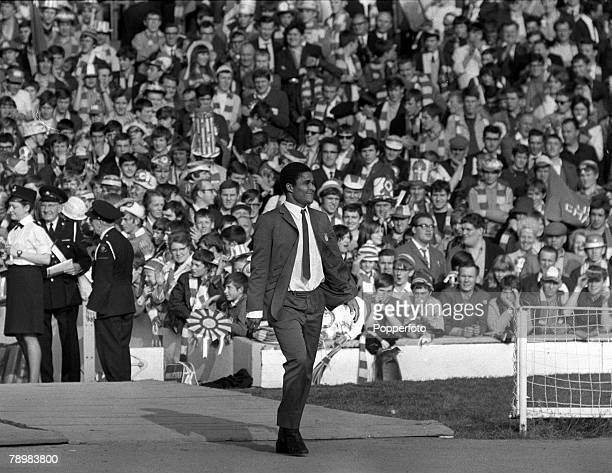 29th May 1968 European Cup Final at Wembley Manchester United 4v Benfica 1 aet Benfica star Eusebio walks out to look at the pitch in the warm...