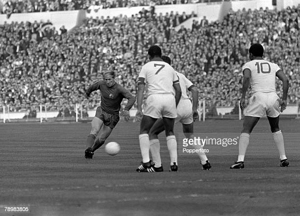 29th May 1968 European Cup Final at Wembley Manchester United 4v Benfica 1 aet Manchester United's Bobby Charlton shoots as he is confronted by 3...